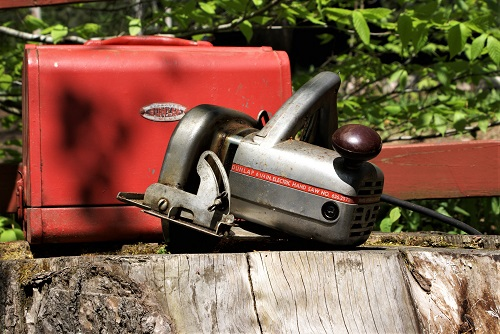 chainsaw dunlap Albert j dunlap, an executive who became the symbol for brutal layoffs and plant closings to boost corporate profits, was fired as chairman and chief executive of appliance maker sunbeam corp, sunbeam gives the ax to ceo 'chainsaw al' - latimes.